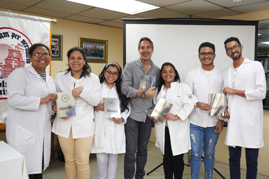 At Columbus University with Alejandro Andrés (centre), Director and Co-editor of Those Who Inspire Panama, donating books to students that will use them as tools to find inspiration and accessible mentors ©Those Who Inspire